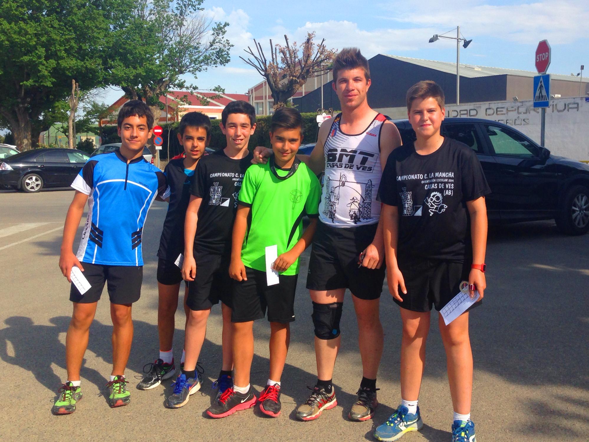 Los chicos de la escuela, junto al corredor local Carlos